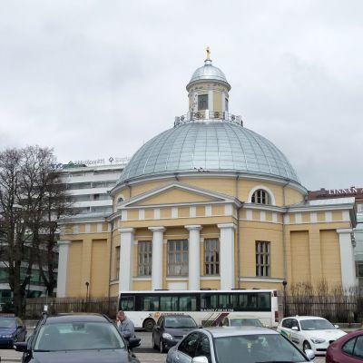 Turun ortodoksinen kirkko syksyisenä päivänä.