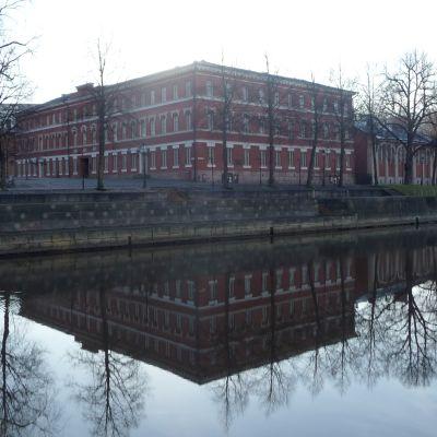 Katedralskolan i Åbo ligger invid Aura å.