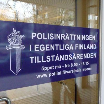 Skylt med informaton om öppettider på polishusets dörr i Åbo.
