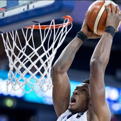 Mies donkkaa koripalloa koriin