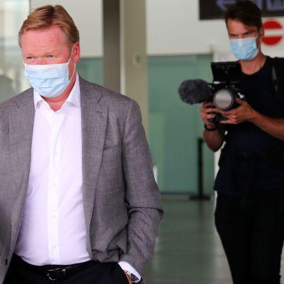 Ronald Koeman saapumassa Barcelonan lentokentälle.