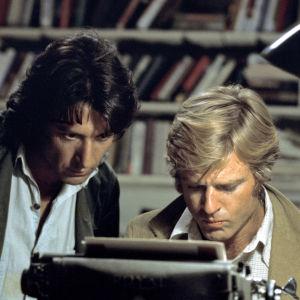 Dustin Hoffman ja Robert Redford tutkivina toimittajina elokuvassa Presidentin miehet (All the President's Men).