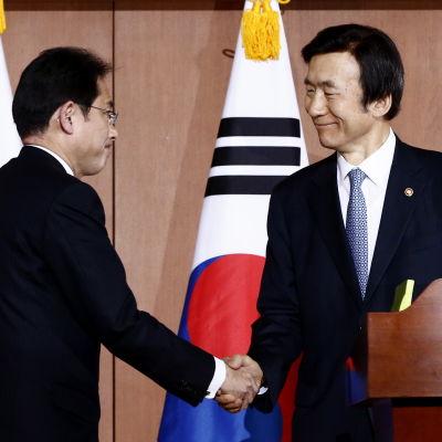 Sykoreas utrikesminister Yun Byung-Se och Japans utrikesminister Fumio Nishida