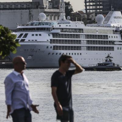 Fartyget Silver Cloud har anlänt till hamnen i Rio de Janeiro.