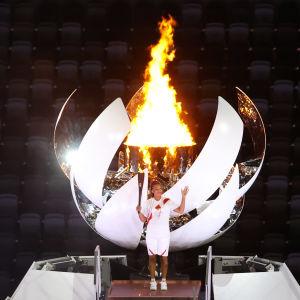Naomi Osaka sytytti olympiatulen Tokion olympialaisten avajaisissa.