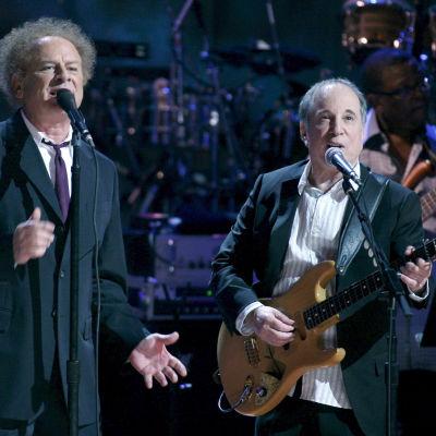 Art Garfunkel och Paul Simon på konsertestraden
