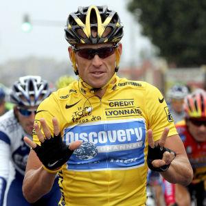 Lance Armstrong håller upp sju fingrar som symboliserar antalet vinster i Tour de France.