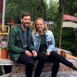 Jonas Sundström och Elin Skagersten-Ström sitter på scenen framför Strömsö villan.