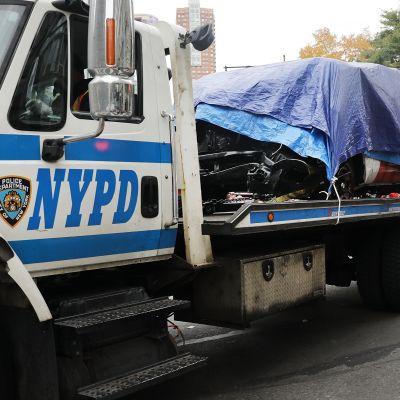 En lastbild från New York-polisen forslar bort bilen som gärningsmannen använde vid terrordådet i Manhattan.