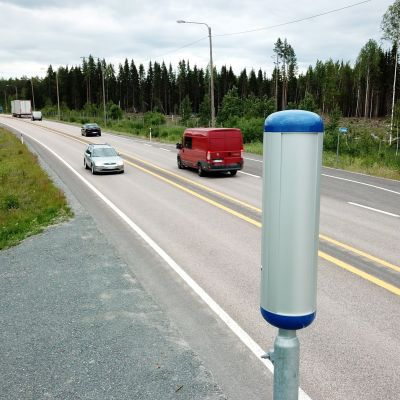 En trafiksäkerhetskamera vid en landsväg.