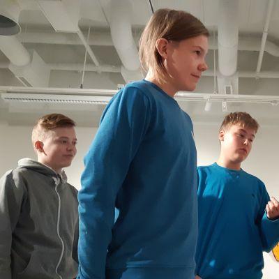 Eetu Svanström, Miska Heiskanen ja Eeti Iivanainen tutustumassa Niina Mantsisen POE-teokseen Mikkelin Taidemuseossa.