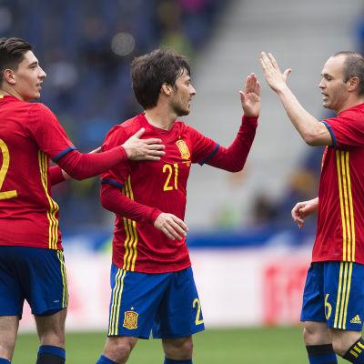Hector Bellerin, David Silva och Andres Iniesta firar.