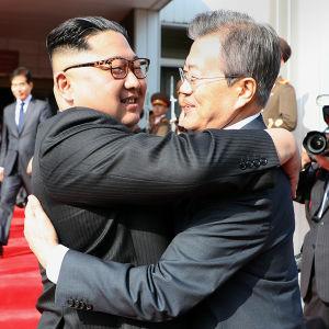 Nordkoreas ledare Kim Jong-Un och Sydkoreas president Moon Jae-In träffades den 26 maj i stilleståndsbyn Panmunjom. Det var deras andra mötet inom en månad i Panmunjom