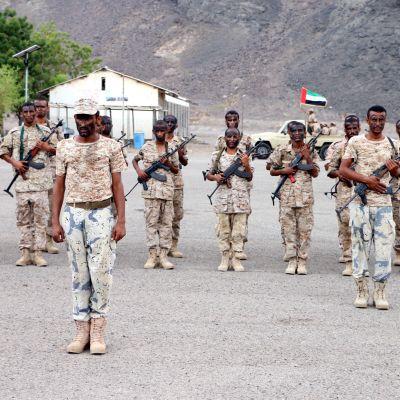 Rebeller och jihadister angrep regeringsstyrkor i Aden i två olika attacker som krävde över 40 dödsoffer
