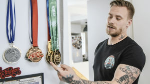Mattias Kasurinen visar sina medaljer