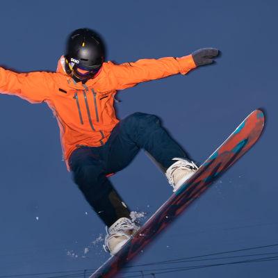 Kaisu Kovalainen hyppää lumilaudalla Ylläksellä.