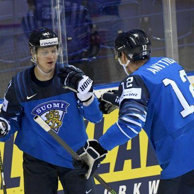 Joel Kiviranta och Marko Anttila firar Finlands öppningsmål mot Frankrike.
