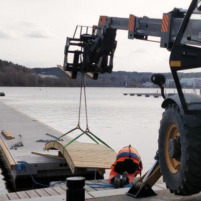 Laiturin osaa kiinnitetään paikoilleen Jyväskylän Lutakon satamassa.
