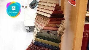 Konstverk av böcker radade på varandra