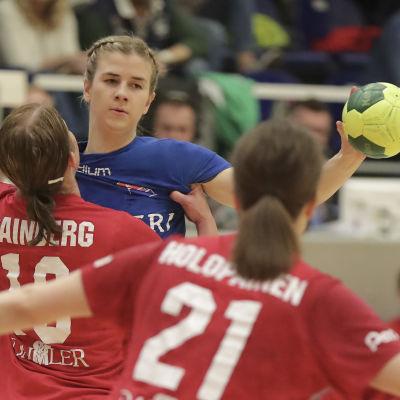 HIFK:s Linda Cainberg försöker stoppa Dickens Tove Salokivi i handbollsfinalerna våren 2018.