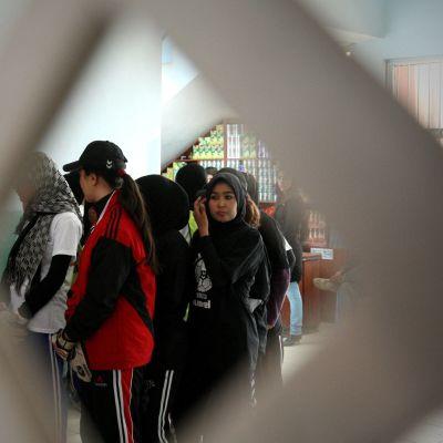 Afghanska flickor som väntar på att deras fotbollsträning ska börja i Kabul.