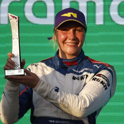 Emma Kimiläinen håller upp en pokal.