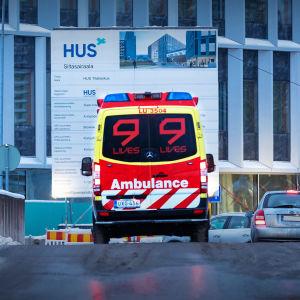 Ambulanssi HUS:n Siltasairaalan pihalla.