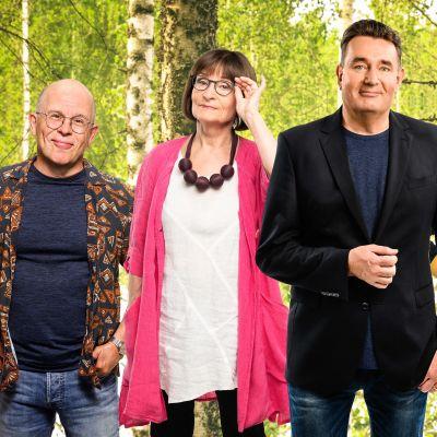 Timo Kahilainen, Eva Polttila, Timo Koivusalo ja Eeva Litmanen vierekkäin, taustalla tiheä koivumetsä.