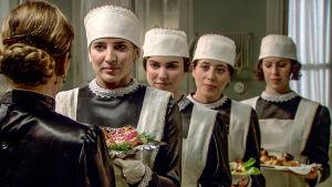 Palvelijat tuovat herkkuja Victorian hyväksyttäviksi sarjassa La Señora