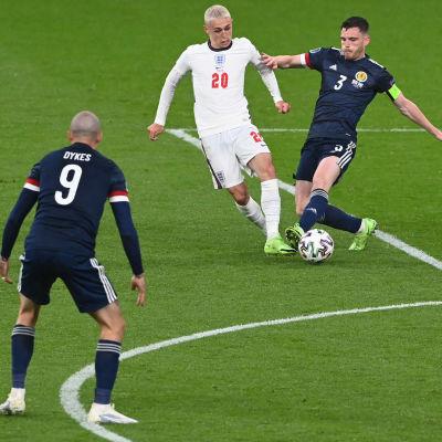 Phil Foden kämpar mot de skotska spelarna.