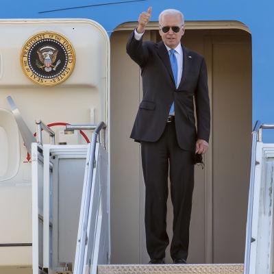 President Biden visar tummen upp vid ingången av Air Force One strax innan han avlägsnar sig från Genéve där han träffat Rysslands Vladimir Putin.