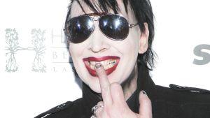 Laulaja Marilyn Manson näyttää keskisormea