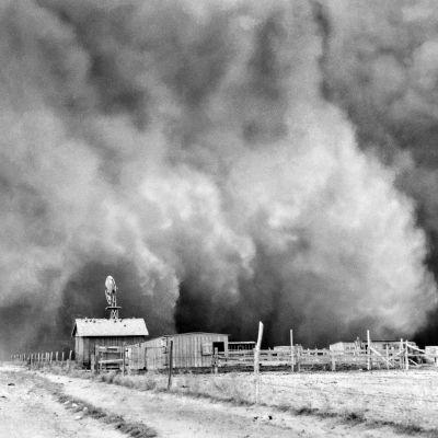 Pölymyrsky lähestyy maataloa Oklahomassa lähellä Boise Cityä 14.4.1935.