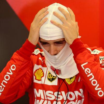 Ferrarin Charles Leclerc vetää hupun päähänsä