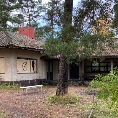 Helsingin kaupungin omistama kiinteistö merenrantatontilla seisoo hylättynä.