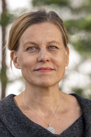 Tanssiva karhu -runoraadin puheenjohtaja, runoilija Anja Erämaja