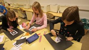 oppilaat leikkaavat paspiksia