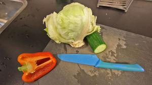 vihanneksia leikkuulaudalla