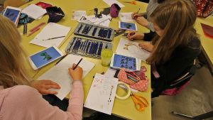 oppilaat piirtämässä