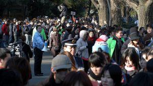 Den 27 februari 2004 väntade tusentals japaner utanför en domstol i Tokyo på att få delta i ett lotteri där man lottade ut åskådarplatser till rättegången mot Shoko Asahara.