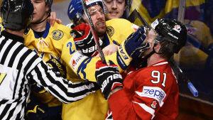 Joel Lundqvist fick det hett kring öronen mot Kanada.