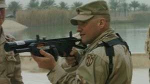 En tysk soldat håller ett FN 303-vapen