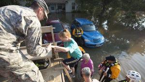 Räddningspersonal hjälper offer för orkanen Harvey i Texas.