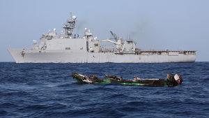 Sjörövare i Somalia använder oftast små, snabba  båtar med utombordsmotor för att angripa handelsskepp i Adenviken. Den här utbrända sjörövarbåten förstördes av det amerikanska fartyget USS Ashland