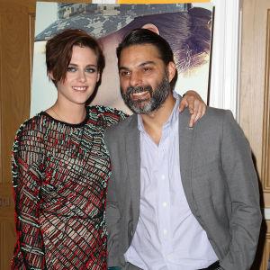 Mies ja nainen poseeraavat juhlatamineissa.