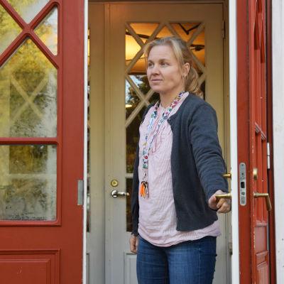 Mikaelskolans rektor Monica Boström står i dörröppningen till skolbyggnaden.