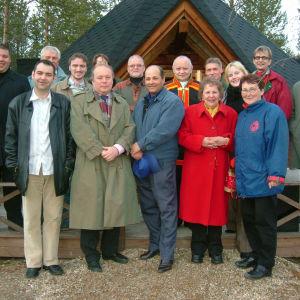 Jussi Nissinen ja muu yhdenvertaisuuslakityöryhmä yhteiskuvassa Inarin-koulutuspäivillä.
