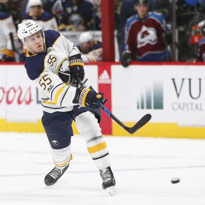 Ishockeyspelaren Rasmus Ristolainen avfyrar ett skott.