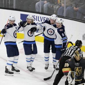 Patrik Laine gratuleras av tre lagkompisar i Winnipeg Jets efter att ha gjort mål i NHL.