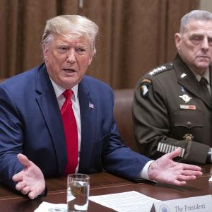 Donald Trump svarade på journalisters frågor efter en träff med ledande militärer i Vita huset på måndagen.